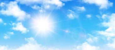 Sonniger Hintergrund, Wolken des blauen Himmels und Sonne Stockfoto