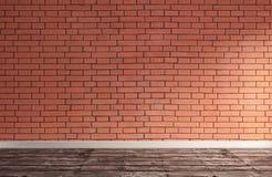 Sonniger moderner Raum mit Wand des roten Backsteins Stockbild