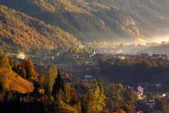 Sonniger Morgen über dem Dorf Lizenzfreie Stockbilder
