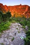 Sonniger Morgen in den Bergen Stockbild