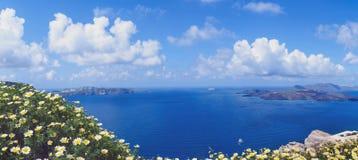 Sonniger Morgen des Sommers auf der Insel von Santorini, Griechenland lizenzfreie stockbilder