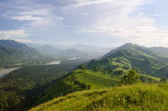 Sonniger Morgen im Berg Schöne Landschaftszusammensetzung Stockfotografie