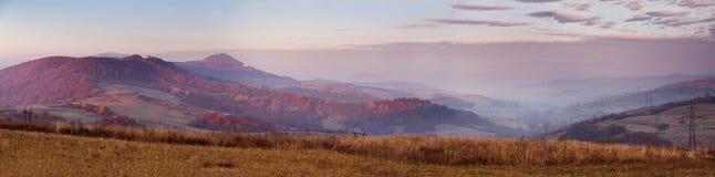 Sonniger Morgen Novembers in den Karpatenbergen Stockfotografie