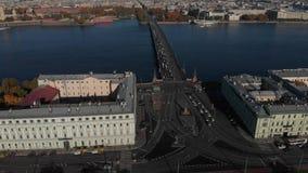 Sonniger Morgen, Palast und andere Brücken, Spucken von Vasilievsky-Insel, Rostral Spalten von der Vogelschau stock video