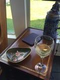 Sonniger Nachmittagswein und ein Buch Stockfoto