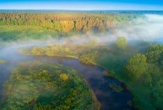 Sonniger Sommermorgen auf Fluss Nebel über Wiese Farbige handgemachte Abbildung A Stockfoto