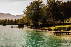 Sonniger Sommertag des Flusses mit Bergblick lizenzfreie stockbilder