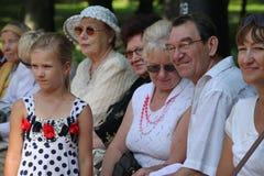 Sonniger Sommertag im Stadtpark Das Publikum des Amateurtanzens im Park Stockfotografie