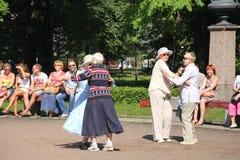 Sonniger Sommertag im Stadtpark Die Bürger und die Gäste des Stadtwegs, Tanz und entspannen sich auf dem Weg in Petrovsky-Park Stockfotos