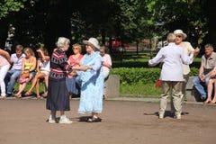 Sonniger Sommertag im Stadtpark Die Bürger und die Gäste des Stadtwegs, Tanz und entspannen sich auf dem Weg in Petrovsky-Park Lizenzfreie Stockfotografie