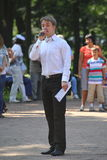 Sonniger Sommertag im Stadtpark Führendes Entertainertanzzeigung in Petrovsky-Park Spricht in das Mikrofon Lizenzfreies Stockbild