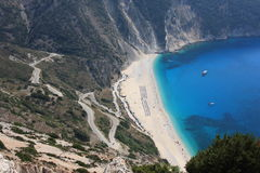 Sonniger Sommertag an Myrtos-Strand in Kefalonia-Insel in Griechenland Lizenzfreies Stockbild
