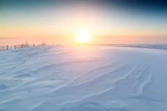 Sonniger Sonnenaufgang über der schneebedeckten Ebene Lizenzfreies Stockbild