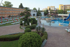 SONNIGER STRAND, BULGARIEN - 15. JUNI 2016: schicke Hotel Trakia-Piazza mit einem Swimmingpool auf Standort und bequeme Räume Stockfotografie