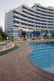SONNIGER STRAND, BULGARIEN - 15. JUNI 2016: schicke Hotel Trakia-Piazza mit einem Swimmingpool auf Standort und bequeme Räume Lizenzfreies Stockbild