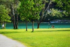 Sonniger Strand in den Bergen Lizenzfreies Stockfoto