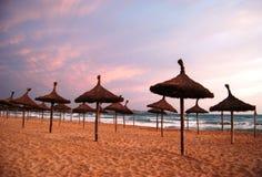 Sonniger Strand in der Sonnenuntergangansicht Stockfotos