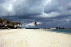 Sonniger Strand, dunkle Wolken und Türkis wässern Paradies-Insel, Bahamas Stockbild