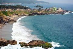 Sonniger Strand, Meer, Fischereihafen und eine Moschee, Kerala, Indien Stockfotos