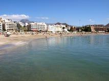 Sonniger Strandurlaubsort lizenzfreie stockbilder