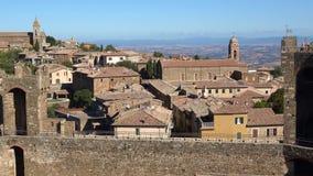 Sonniger Tag über den Dachspitzen von Montalcino Toskana, Italien stock video footage