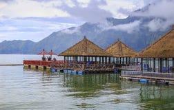 Sonniger Tag über sich hin- und herbewegendem Restaurant am See Batur Stockfotos