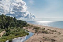 Sonniger Tag an auf dem Strand lizenzfreies stockbild