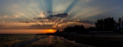 Sonniger Tag auf der Insel von Patmos Faszinierender Meerblicksonnenuntergang stockfotos