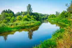 Sonniger Tag auf einem ruhigen Fluss im Sommer Stockfotos