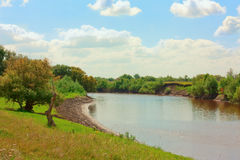 Sonniger Tag auf Flussufer Lizenzfreie Stockfotografie