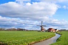 Sonniger Tag auf niederländischem Ackerland mit Windmühle Lizenzfreie Stockfotografie