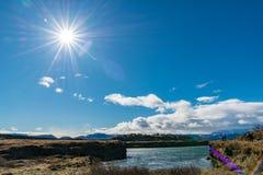 Sonniger Tag, blauer Himmel, Sonnenstrahl, Wasser lizenzfreie stockbilder