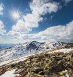 Sonniger Tag an den Bergen im Frühjahr mit blauem Himmel Stockfoto