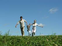 Sonniger Tag der laufenden Familie Lizenzfreie Stockbilder