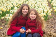 Sonniger Tag des Frühlinges, erste Blumen und glückliche Kinder stockbild