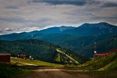 Sonniger Tag des Sommers in den Bergen Lizenzfreie Stockfotografie