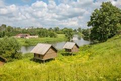 Sonniger Tag des Sommers die Ansicht des Flusses, alte Stadt Stockfoto