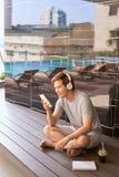 Sonniger Tag des Sommers, verwendet asiatischer Mann des netten attraktiven Lächelns das s Stockfoto