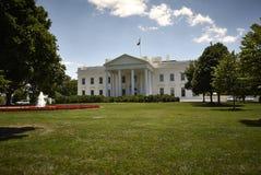 Sonniger Tag des weißen Hauses Lizenzfreies Stockfoto