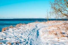 Sonniger Tag des Winters nahe dem Meer, Schnee Lizenzfreie Stockfotos