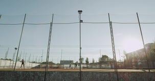 Sonniger Tag draußen auf den vollen Mädchen des Tennisplatzes zwei, die Tennisfachmann spielen stock footage