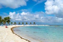 Sonniger Tag an einem tropischen Strand stockbild