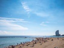 Sonniger Tag im Barceloneta-Strand Stockbilder