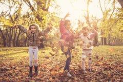 Sonniger Tag im Park Kinder in der Natur lizenzfreie stockfotos