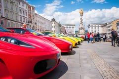 Sonniger Tag mit schöner Aussicht in der alten Stadt von Linz, Österreich-/Ferrari-Showtag Stockbild