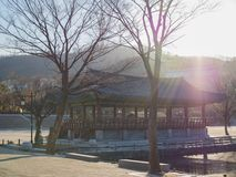 Sonniger Tag in Namsangol-Dorf auf einer Winterzeit stockfotografie