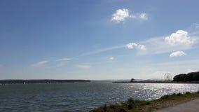 Sonniger Tag an Parkstone-Bucht mit großem drehen herein Hintergrund, Dorset, Großbritannien lizenzfreie stockfotos