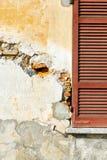 Sonniger Tag roter Fenster varano Zusammenfassung im Beton bric Stockfotos