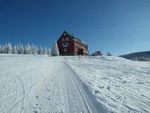 Sonniger Tag am Winterurlaubsort in den riesigen Bergen Stockbilder