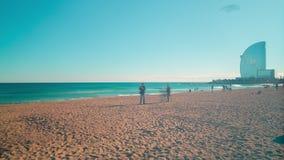 Sonniger Tagesdes strandes Barcelonas entspannender Leutedrachen, der 4k Zeitspanne ausbildet